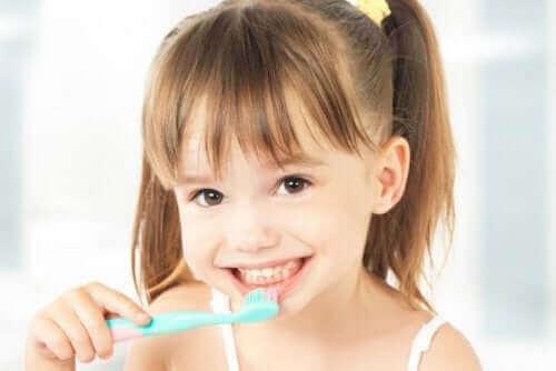 Hampaiden reikiintyminen johtuu suussa elävästä tavallisesta bakteerikannasta.