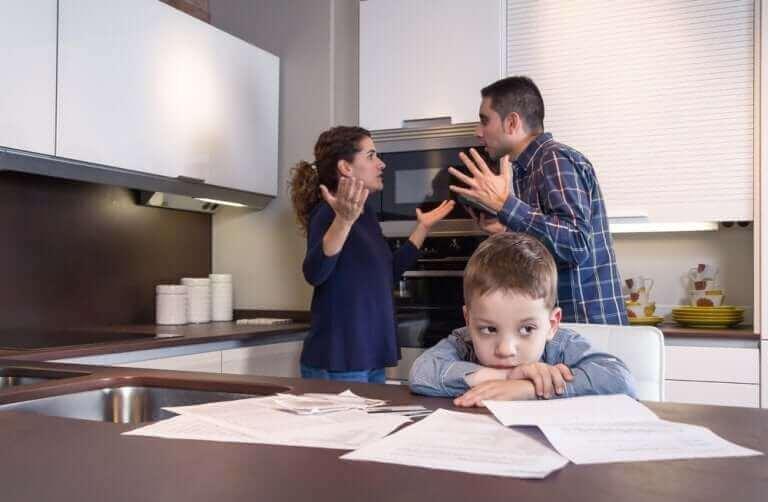 Kannattaako pariskunnan pysyä yhdessä pelkästään lasten takia?