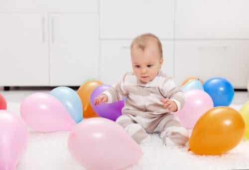 Leiki vauvan kanssa värikkäillä ilmapalloilla