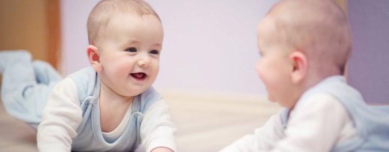 Peilin edessä leikkimisen hyödyt vauvalle