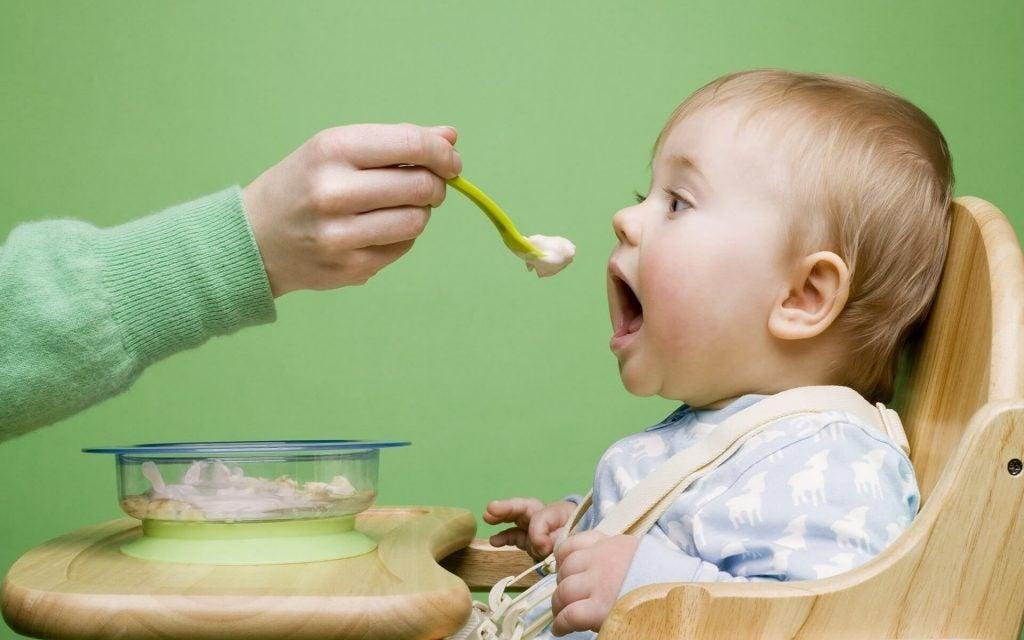 Kuinka varmistaa vauvan hyvä suhde ruokaan?
