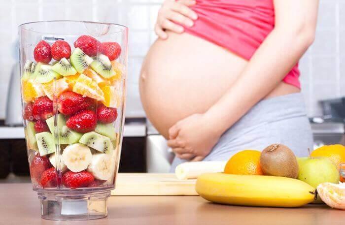 Raskauden aikana on hyvä syödä myös hedelmiä.