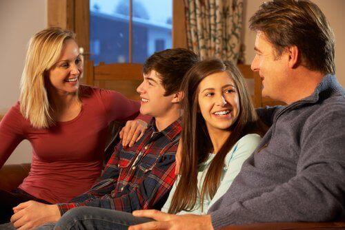 Perheen sisäiset suhteet erotilanteissa ja uuden perheenjäsenen saapuessa