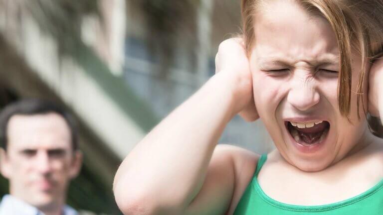 Monien erilaisten ärsykkeiden yhtäaikainen pommitus stressaa autistista lasta.