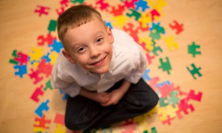 Autistinen lapsi voi kokea tavalliset tilanteet stressaavina ja uhkaavina