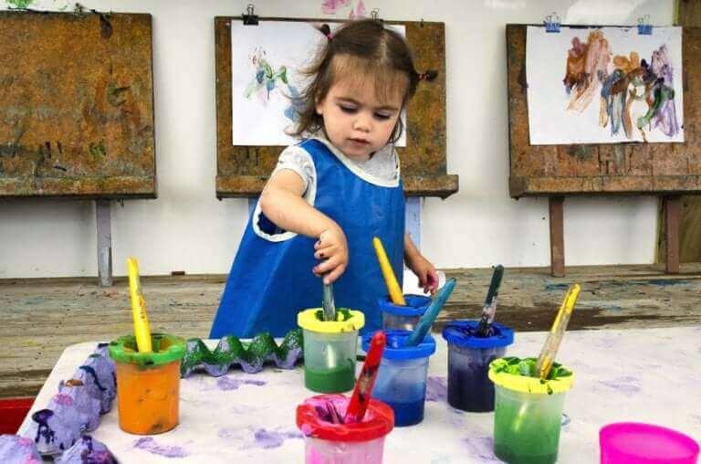 Ole kiinnostunut lapsen taiteellisista töistä