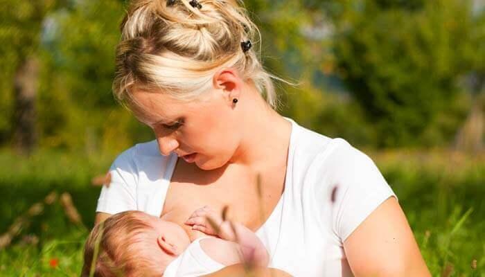 Monien muiden hyötyjen lisäksi imettäminen pienentää äidin rintasyöpäriskiä
