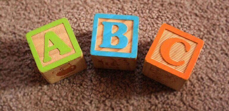 Mitkä tekijät vaikuttavat kielen kehitykseen?