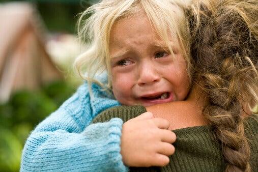Lapsi tarvitsee vanhempiaan kiukkukohtauksen hetkellä