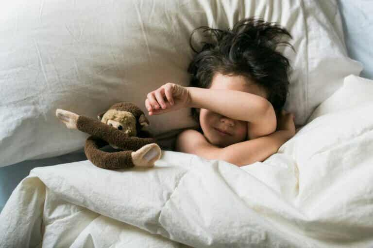 Miten lapsen yölliset kauhukohtaukset eroavat painajaisista?