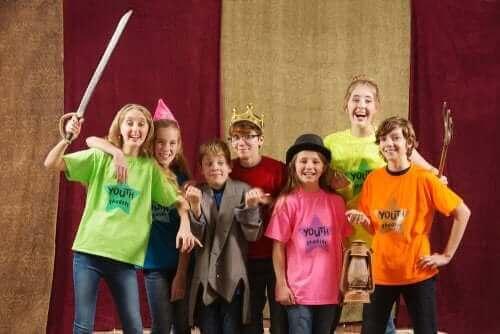 Lapsille suunnattu improvisaatioteatteri edistää monia lapsen taitoja ja kykyjä