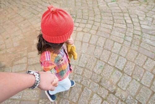 Lapsen valmisteleminen ensimmäiseen koulupäivään