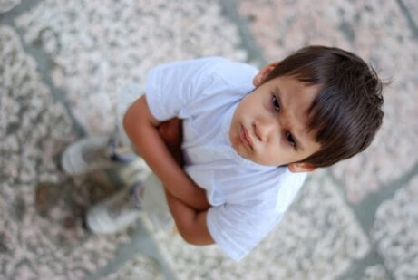 Kuinka toimia, jos lapsi puree toisia ihmisiä?