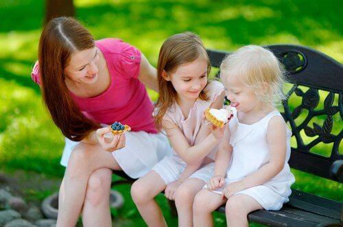 4 sääntöä, joiden avulla opetat lasta jakamaan asioita