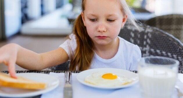 Onko syytä huolestua, jos lapsi alkaa syödä normaalia vähemmän?