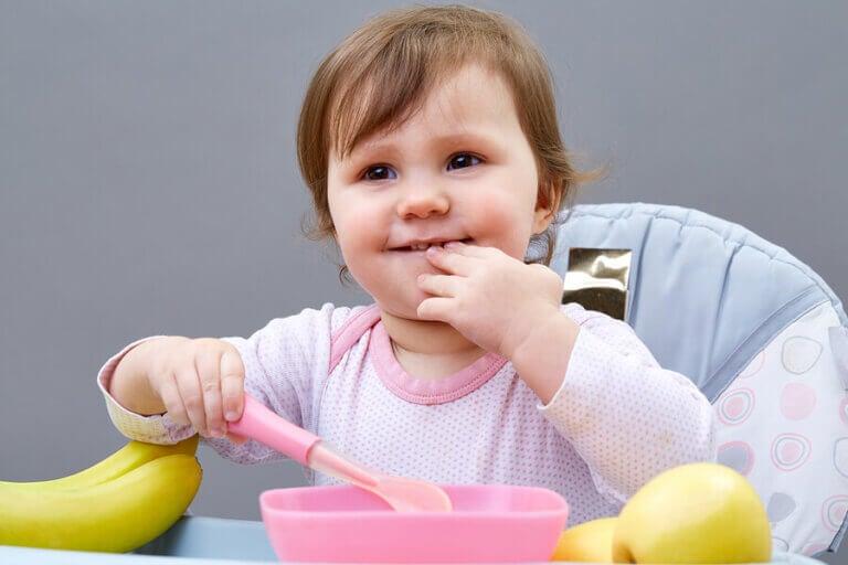 5 keinoa saada pieni lapsi syömään itse
