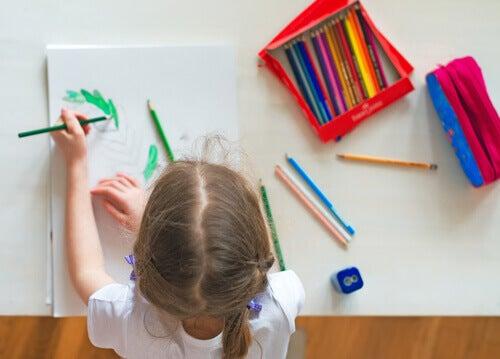 Mistä tietää, onko lapsi oikea- vai vasenkätinen?