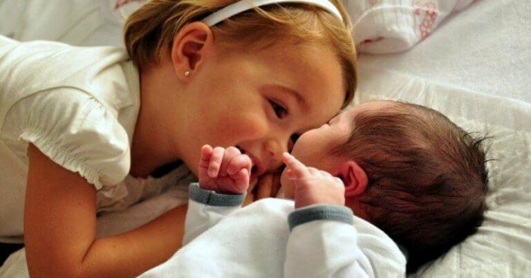 Kuinka valmistella perheen lapset uuden vauvan saapumiseen?
