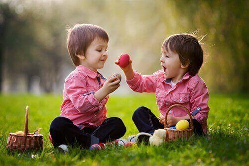 5 keinoa, joiden avulla kehittää lapsen sosiaalisia taitoja
