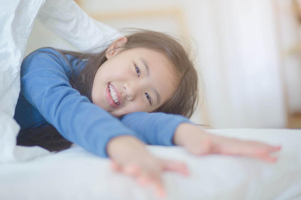 Kuinka auttaa lasta heräämään hyvällä tuulella?