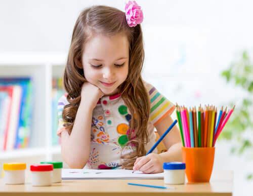 Kuinka tietää, onko lapsi oikea- vai vasenkätinen?