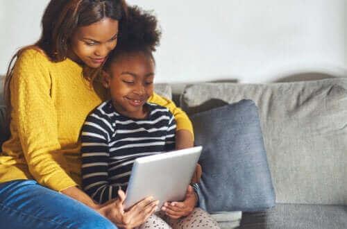 Vanhempien kannattaa hyödyntää teknologiaa lapsen kehityksen tukemisessa