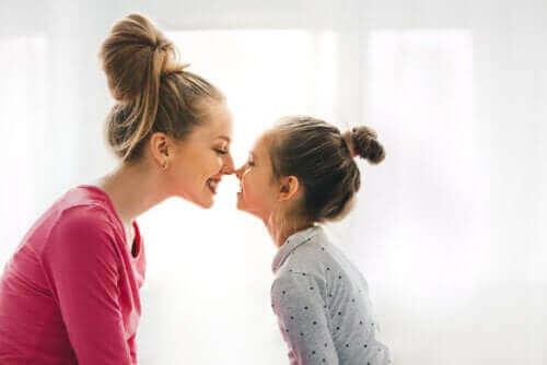 Lapsen hyvinvointi ja onnellisuus on äidille kaikista tärkeintä