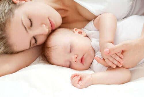 Tuoreen äidin uni ja sen laatu voivat muuttua suuresti vauvan syntymän jälkeen