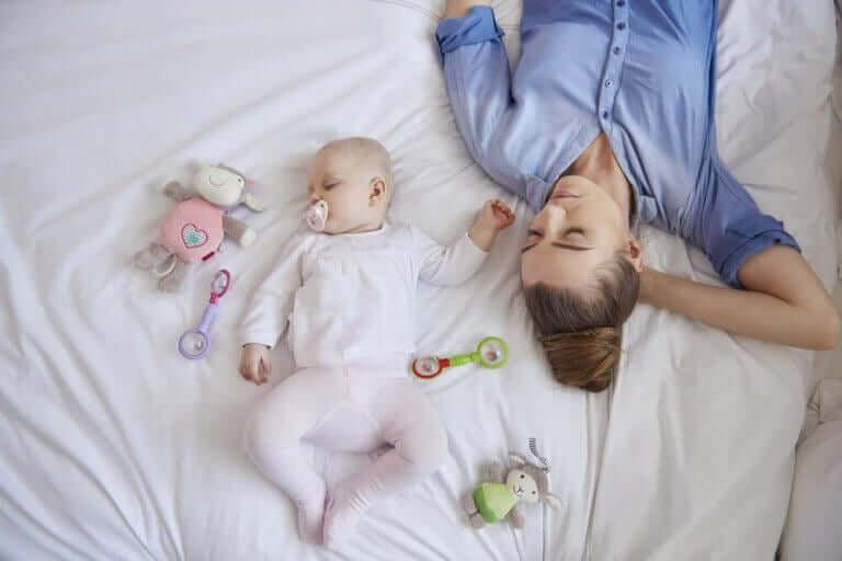 Tuoreen äidin uni lapsen syntymän jälkeen