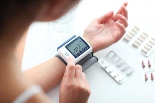 Verenpaineen mittaaminen auttaa havaitsemaan mahdolliset ongelmat