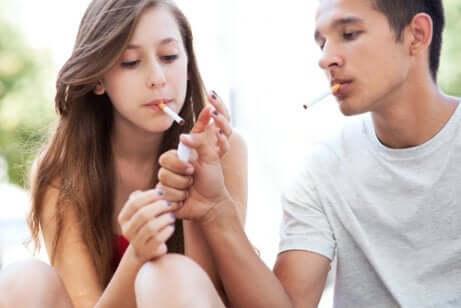 Nuorten tupakoimista pitää yrittää estää, sillä se on haitaksi nuoren terveydelle.