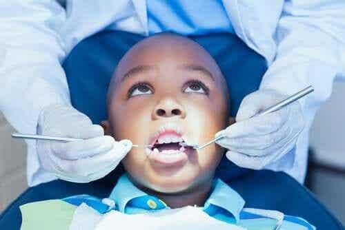 Kuinka auttaa lasta päihittämään hammaslääkäripelko?