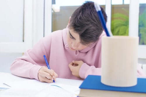 Luovassa kirjoittamisessa lapsi saa käyttää mielikuvitustaan
