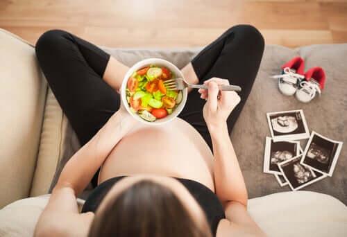12. raskausviikko on aikaa, jolloin äidin pahoinvointi alkaa helpottaa
