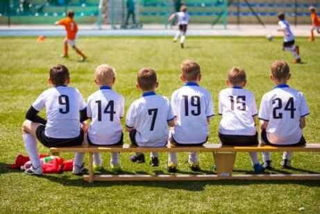 Urheileminen kannustaa lasta tiimityöhön