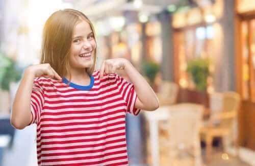 Reppu täynnä positiivisia ominaisuuksia -harjoitus lapsen itsetunnon parantamiseksi
