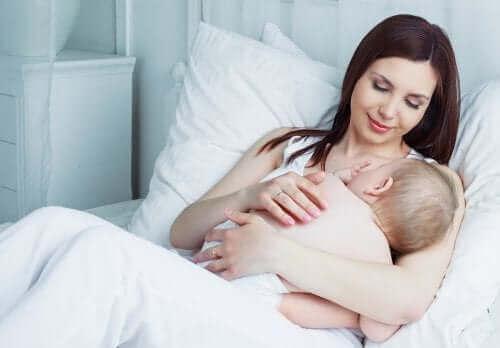 Käytännölliset imetysvaatteet helpottavat vauvan imetystä