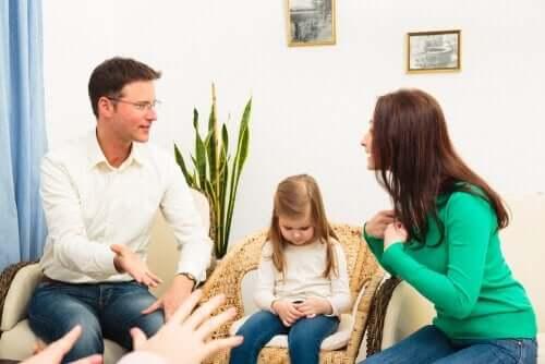 Riitelyn välttäminen lapsen läsnäollessa