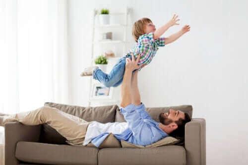 Lapsen ja isän riehakas leikki on hyväksi
