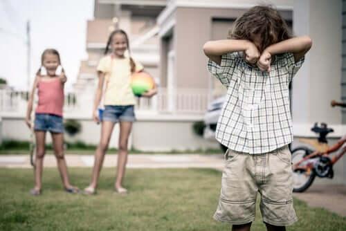 Kuinka opettaa lapselle, että toisten pilkkaaminen on väärin?