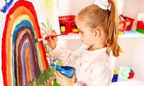 Myös vanhemmat voivat tukea lapsen piirustustaidon kehitysprosessia.