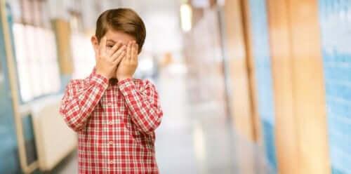 Vanhemmat saattavat aiheuttaa lapselleen toksista häpeää.