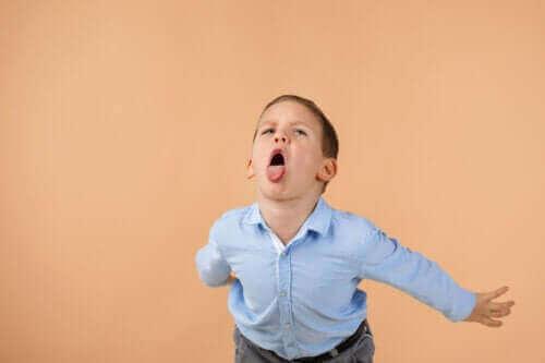 Kuinka käsitellä lasta, joka loukkaa toisia?