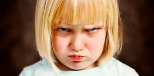 Lapsen itsesäätelyongelmat ilmenevät emotionaalisissa tilanteissa.