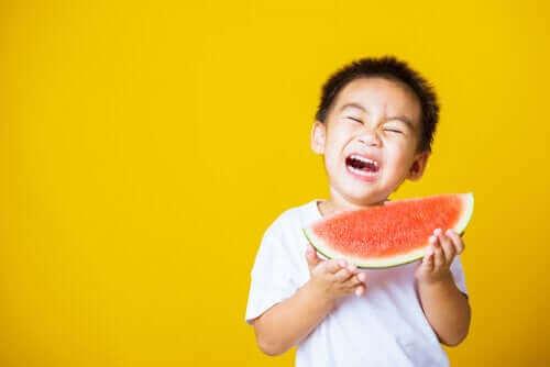 Kuinka toimia, kun lapsi pelkää tukehtuvansa ruokaan?