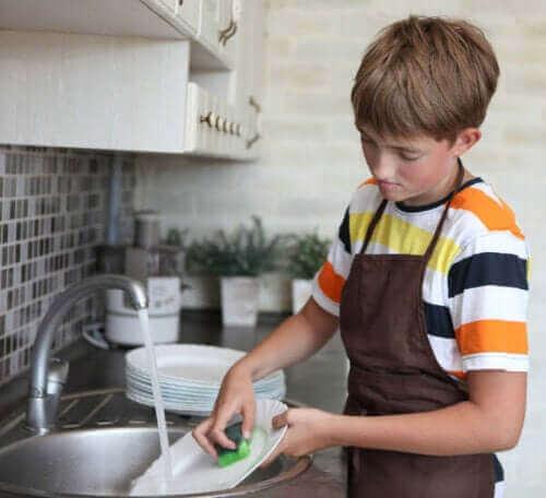 Aseta lapsen kotitöille aikaraja ja aikataulu