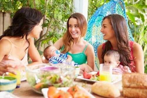 Äitien tukiryhmä voi auttaa äitiyden haasteissa