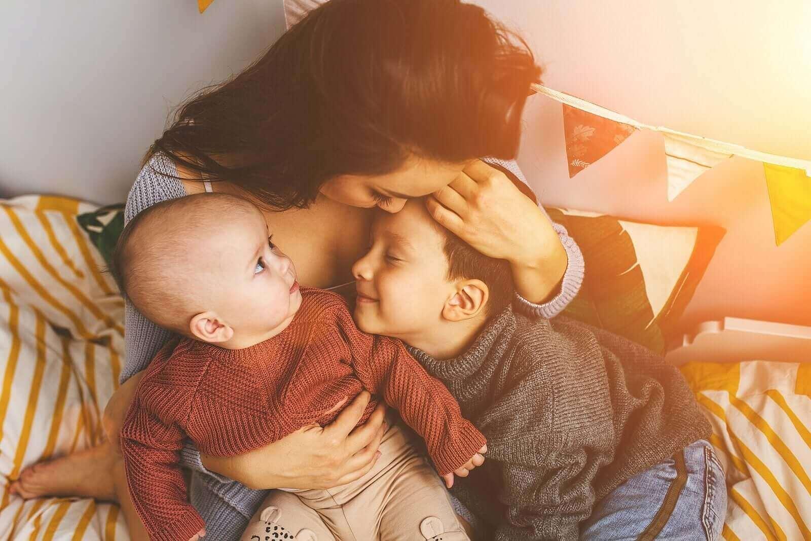 Onnelliset vanhemmat tarjoavat lapselle onnellisen kasvuympäristön