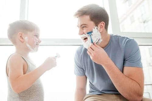 Jäljittelevä leikki opettaa lasta asettumaan toisen ihmisen asemaan