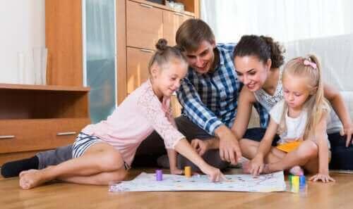6 koko perheen peliä, joihin tarvitaan vain kynä ja paperia
